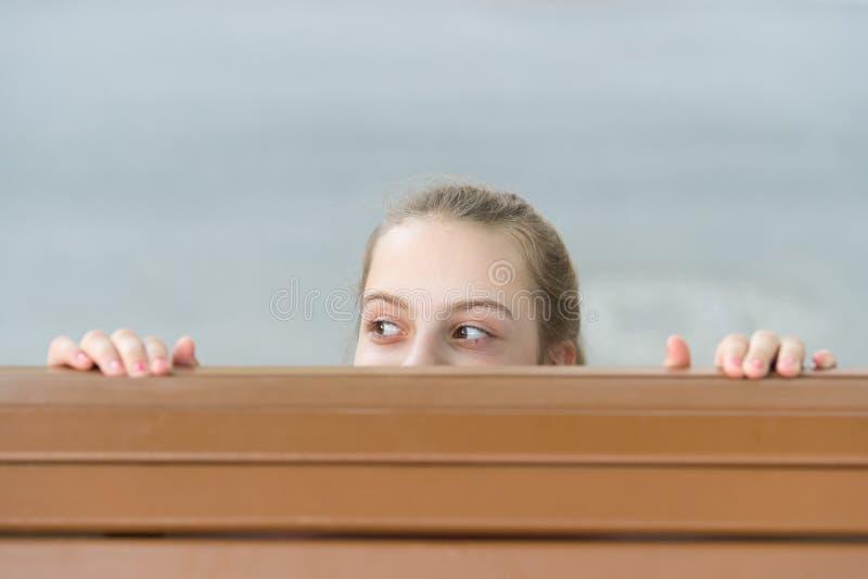 Divertimento di nascondino Umore allegro sorridente sveglio del bambino della ragazza Gioco nascondentesi felice all'aperto Fondo fotografie stock libere da diritti