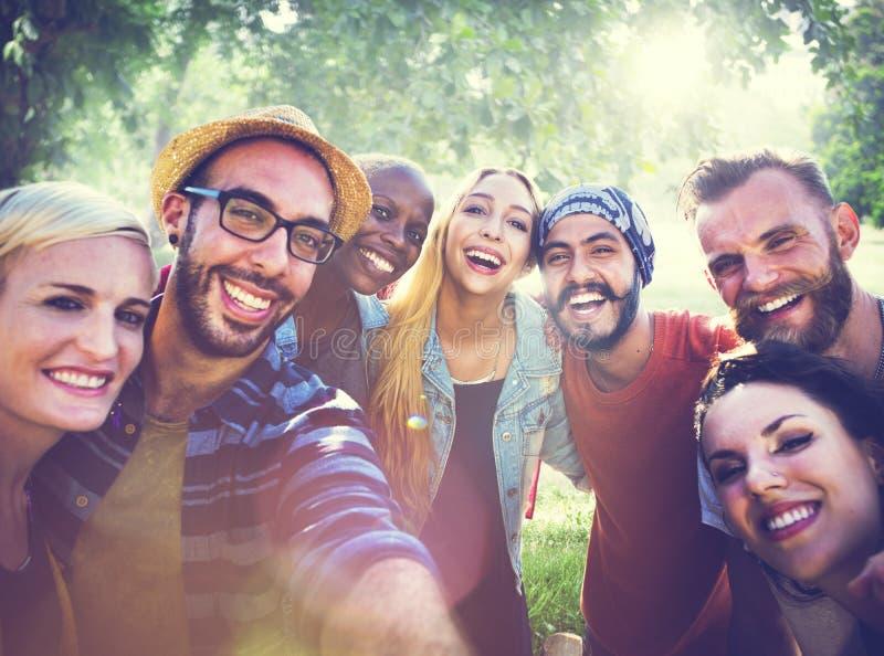 Divertimento diverso dos amigos do verão que liga o conceito de Selfie fotos de stock