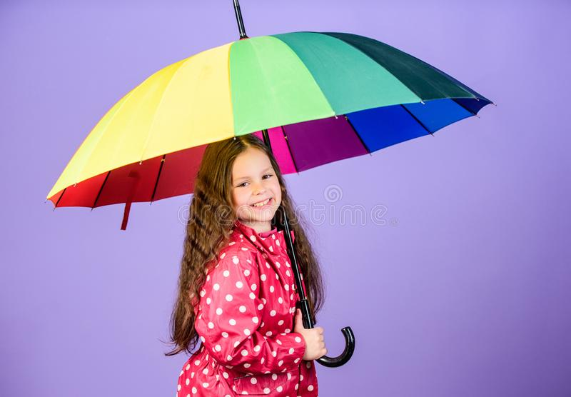 Divertimento do dia chuvoso Caminhada feliz sob o guarda-chuva Guarda-chuva colorido do arco-?ris da posse feliz da menina da cri fotos de stock royalty free