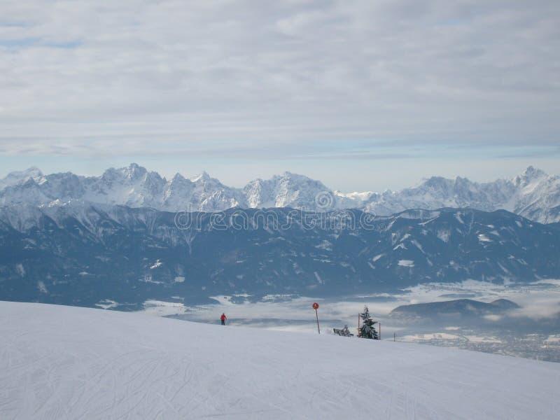 Divertimento do esqui em cumes do francês das montanhas fotografia de stock royalty free