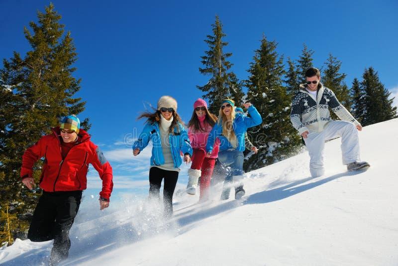 Divertimento do inverno com grupo dos jovens foto de stock