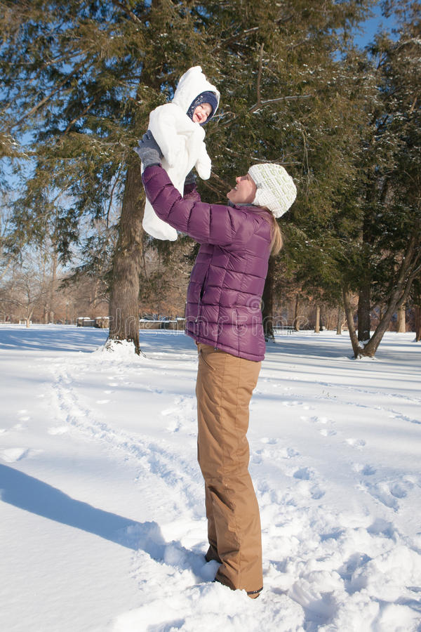 Divertimento do inverno com mamã imagem de stock