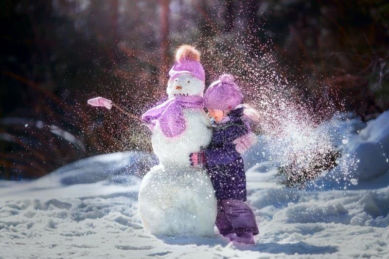 Divertimento do inverno da menina fotos de stock royalty free