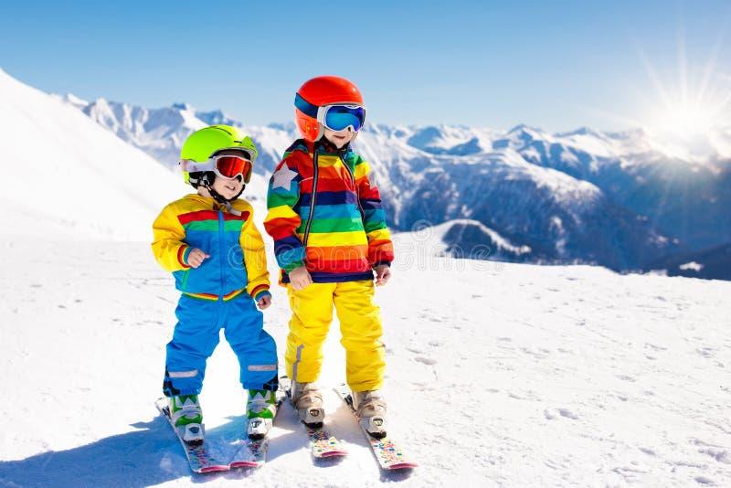 Divertimento do inverno do esqui e da neve para crianças Esqui das crianças foto de stock royalty free
