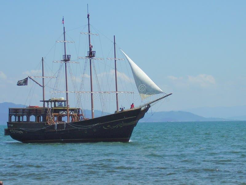 Divertimento do turista em um barco do pirata fotos de stock