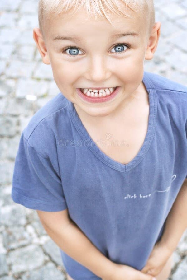 Divertimento do verão do menino novo foto de stock royalty free