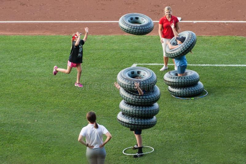 Divertimento do verão em um jogo de basebol com o pneu que olha balões fotos de stock