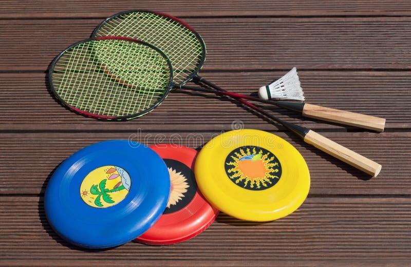Divertimento do verão, frisbee, raquetes de badminton, jogando fora fotografia de stock