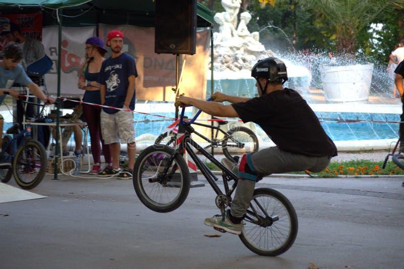Divertimento dos cavaleiros de BMX no parque urbano fotos de stock