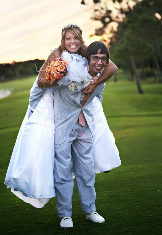 Divertimento dos pares do casamento imagens de stock royalty free