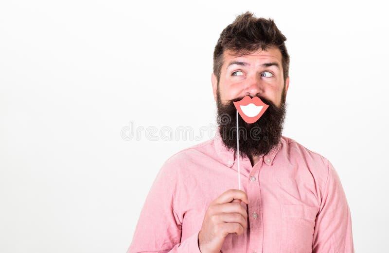 Divertimento e concetto di risata Il partito della carta della tenuta dell'uomo props le labbra sorridenti, fondo bianco Pantalon fotografia stock