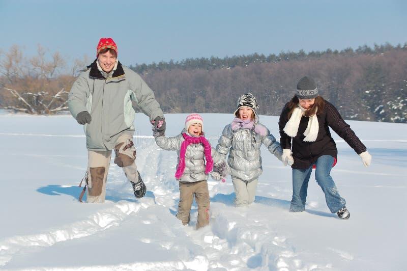 Divertimento feliz do inverno da família ao ar livre foto de stock