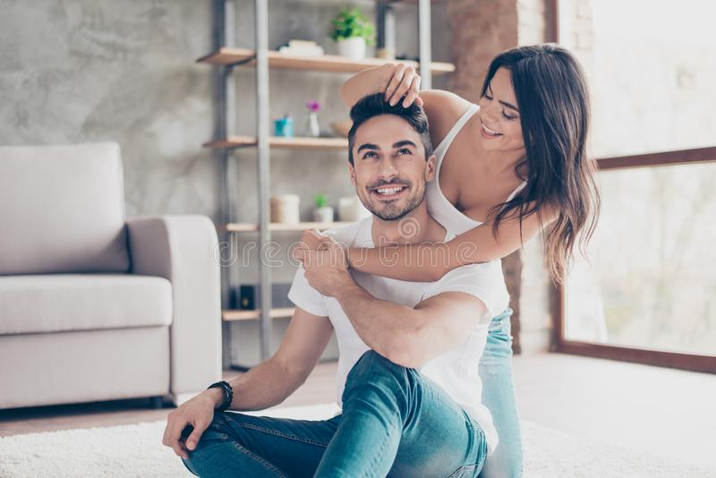 Divertimento junto O par casado bonito feliz do mulato do latino é c foto de stock