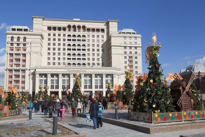 Divertimento na celebração de Maslenitsa no quadrado de Manege em Moscou foto de stock royalty free