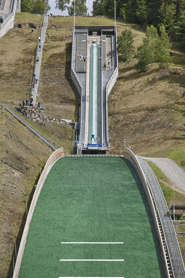 Divertimento na neve Trilha artificial Fundo do esporte Verão norueguês foto de stock