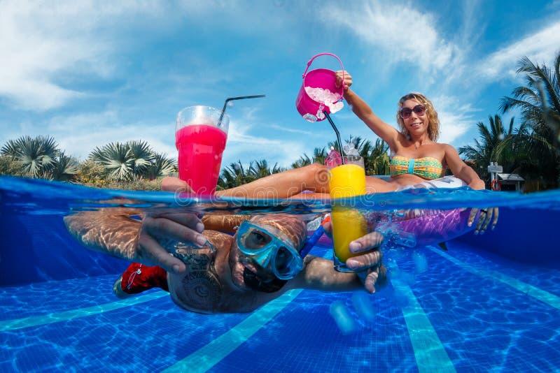 Divertimento na piscina fotos de stock royalty free