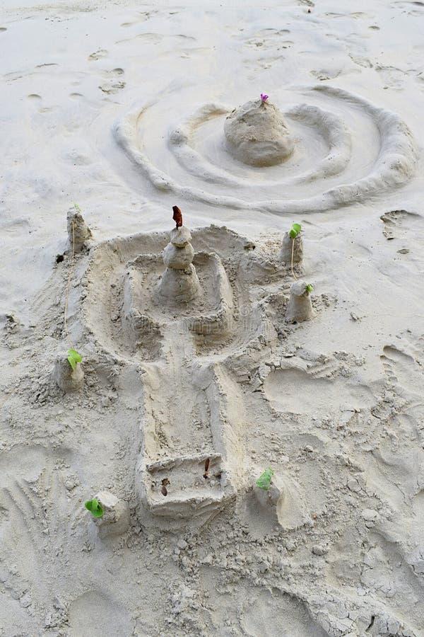 Divertimento na praia - castelos da areia em Sandy Beach branco - lazer, jogo, e abrandamento imagem de stock royalty free