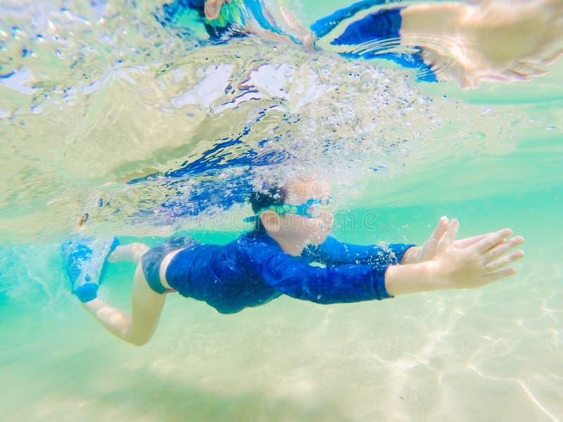 Divertimento novo subaquático do menino no mar com óculos de proteção Divertimento das férias de verão fotos de stock