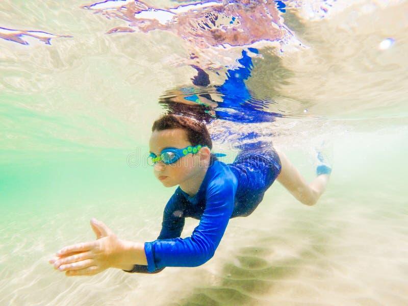 Divertimento novo subaquático do menino no mar com óculos de proteção Divertimento das férias de verão foto de stock royalty free