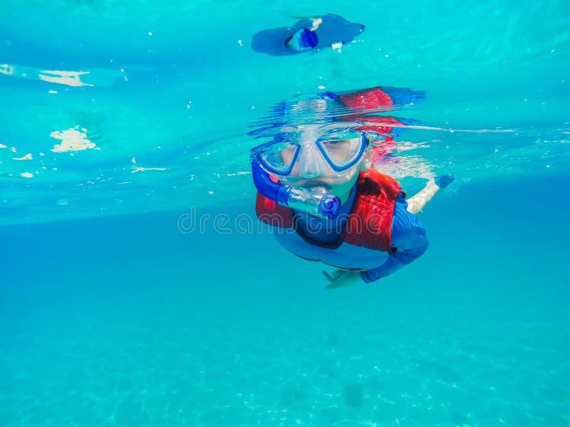 Divertimento novo subaquático do menino no mar com tubo de respiração Divertimento das férias de verão foto de stock royalty free