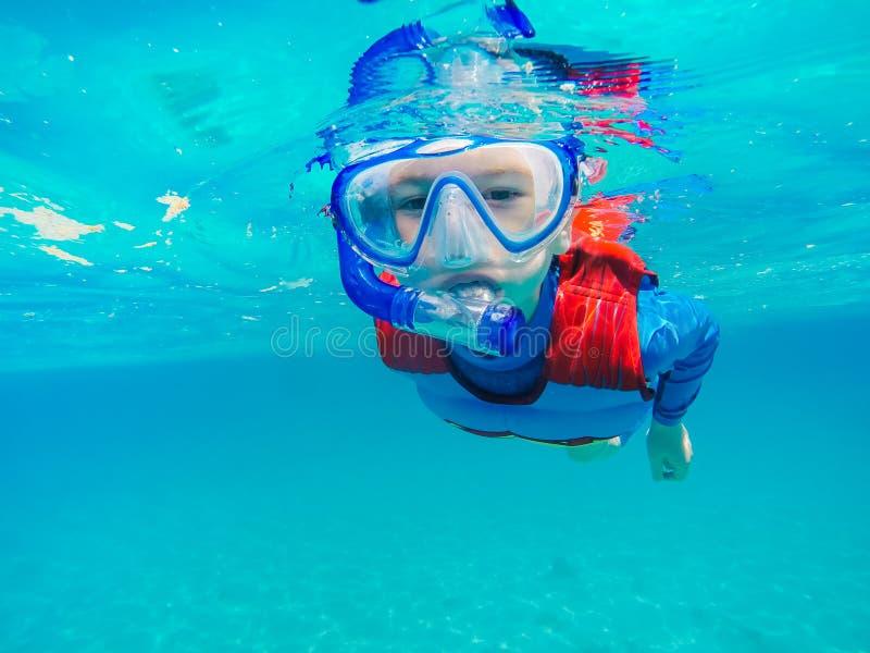 Divertimento novo subaquático do menino no mar com tubo de respiração Divertimento das férias de verão fotografia de stock royalty free