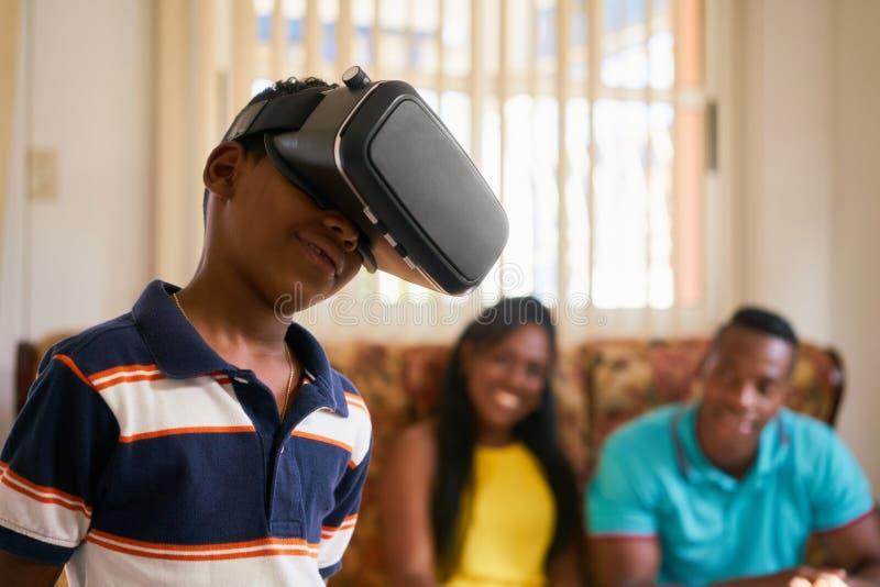 Divertimento para a família feliz que joga vidros dos óculos de proteção VR da realidade virtual fotografia de stock royalty free