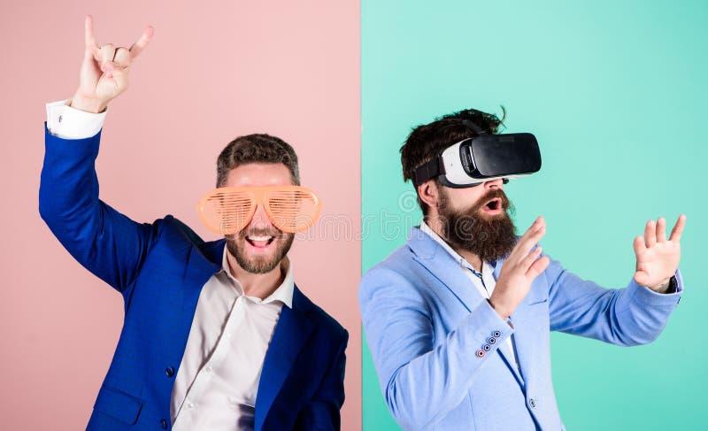 Divertimento real e alternativa virtual Homem com a barba em vidros de VR e no acessório plástico louvered O indivíduo interage e imagem de stock royalty free
