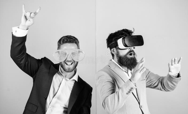 Divertimento real e alternativa virtual Homem com a barba em vidros de VR e no acess?rio pl?stico louvered O indiv?duo interage e imagens de stock royalty free