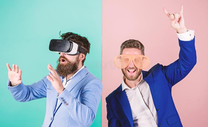 Divertimento real e alternativa virtual Homem com a barba em vidros de VR e no acess?rio pl?stico louvered O indiv?duo interage e fotos de stock royalty free