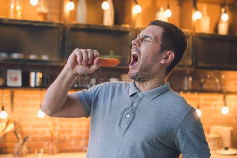 Divertimento saudável da preparação da refeição do alimento do vegetariano do homem novo imagem de stock