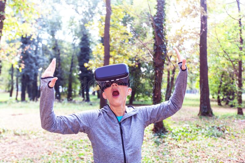 Divertimento superior da mulher com os auriculares da realidade virtual na floresta fotografia de stock royalty free