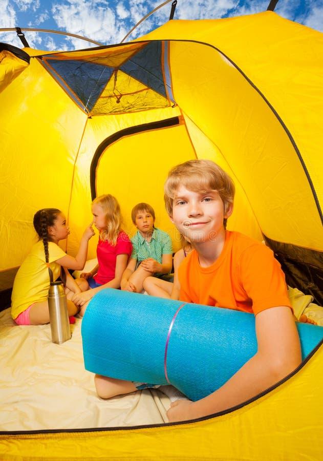 Divertimento in tenda di campeggio fotografie stock