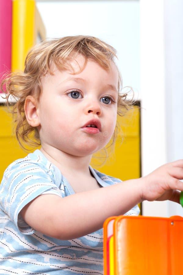 Divertiresi del piccolo bambino fotografia stock libera da diritti