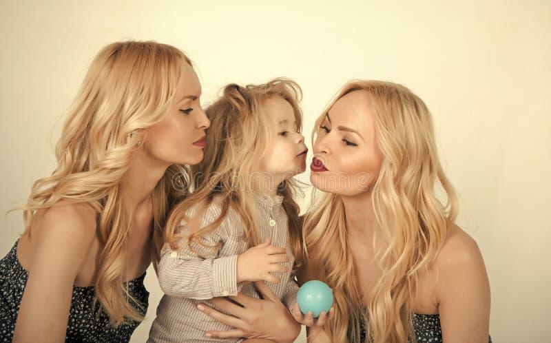 Divertiresi felice del bambino Amore, felicità, parenting fotografie stock
