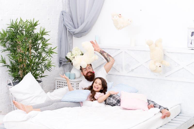 Divertiresi il partito di pigiami Pigiama party Fatherhood felice Conclusione della sera pazza Camera da letto di rilassamento de fotografia stock libera da diritti