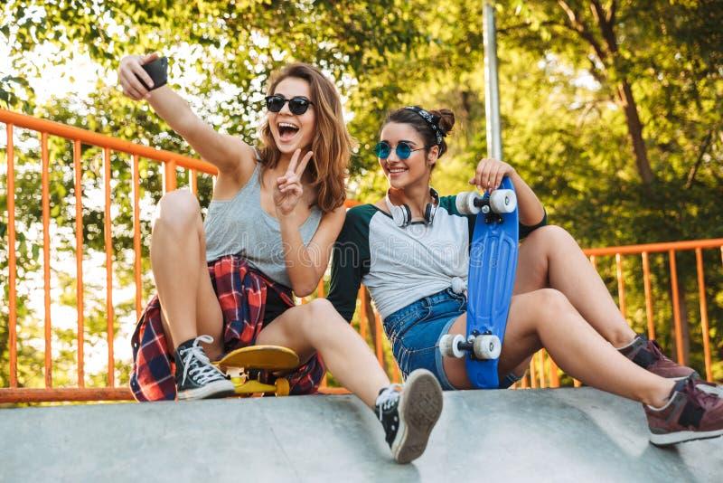 Divertiresi sorridente di due ragazze fotografia stock libera da diritti