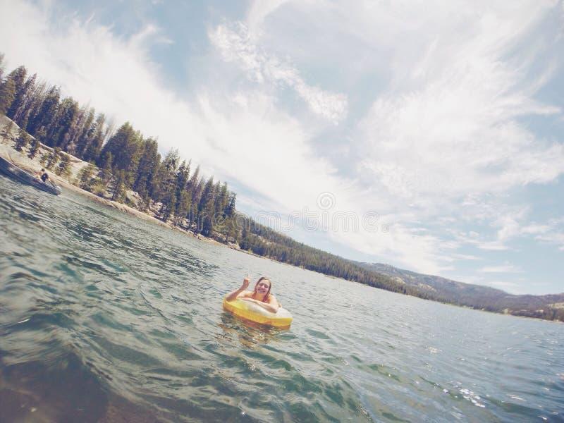 Divertirse que juega en el lago fotos de archivo libres de regalías