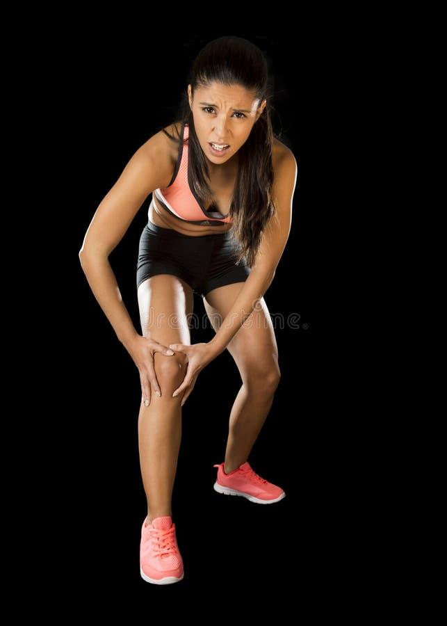 Diviértase el dolor sufridor herido tenencia de la rodilla de la mujer en lesión de los ligamentos o músculo tirado imagenes de archivo