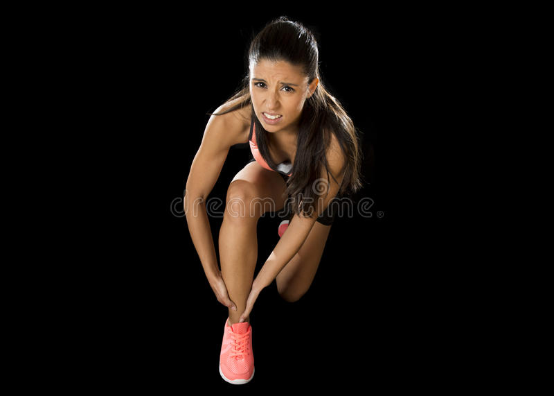 Diviértase el dolor sufridor herido tenencia del tobillo de la mujer en lesión de los ligamentos o músculo tirado foto de archivo libre de regalías