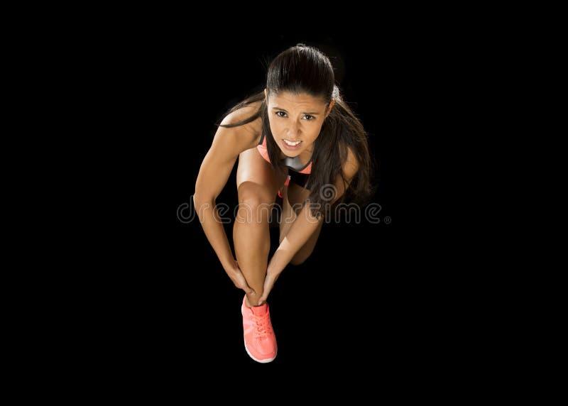 Diviértase el dolor sufridor herido tenencia del tobillo de la mujer en lesión de los ligamentos o músculo tirado imágenes de archivo libres de regalías