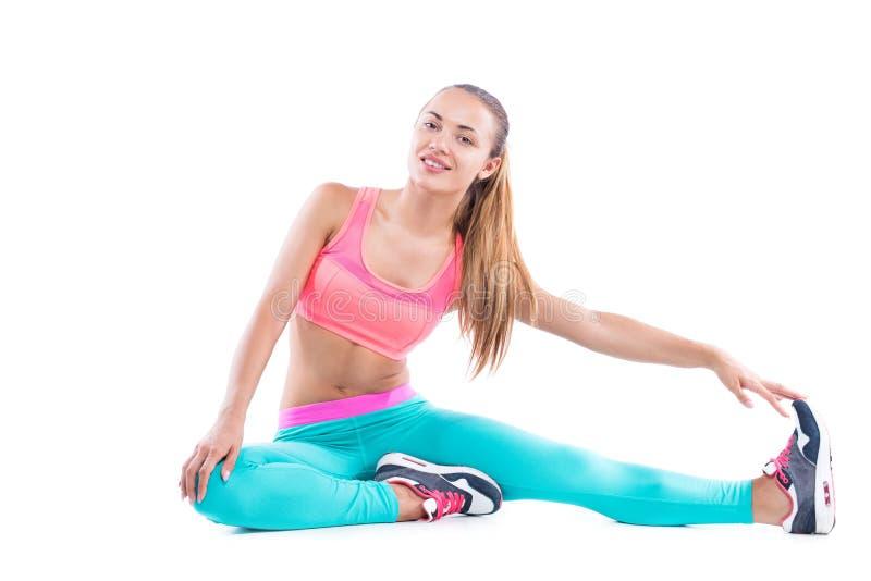 Diviértase a la mujer de la aptitud, chica joven que hace estirando ejercicios fotografía de archivo libre de regalías