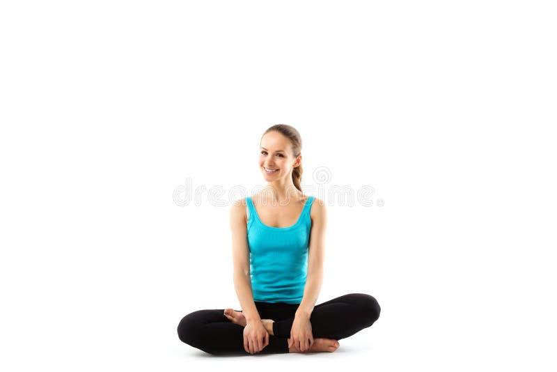 Diviértase a la mujer de la aptitud, muchacha sana joven que hace ejercicios fotos de archivo libres de regalías