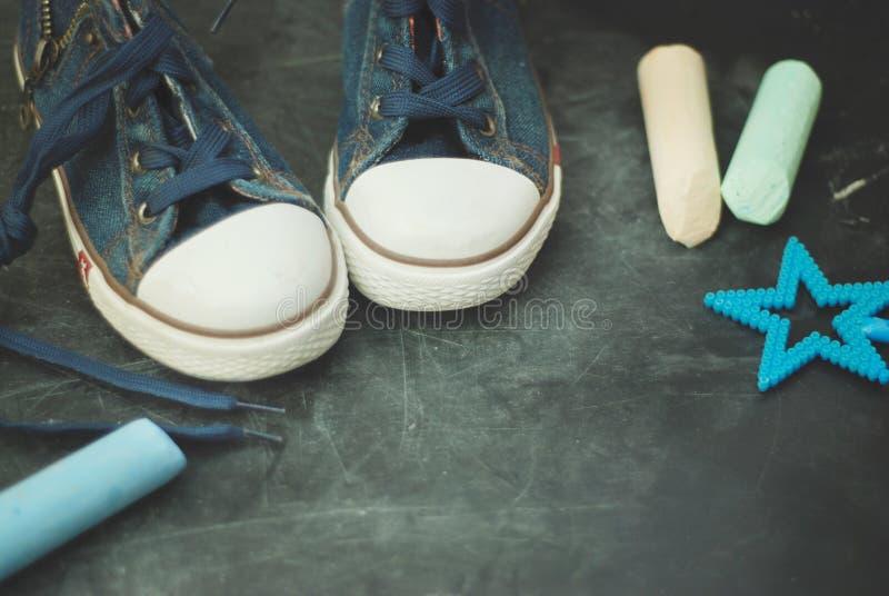 Diviértase la pizarra texturizada Grounge de la educación de los niños de las botas con el espacio de la copia de la tiza imagen de archivo