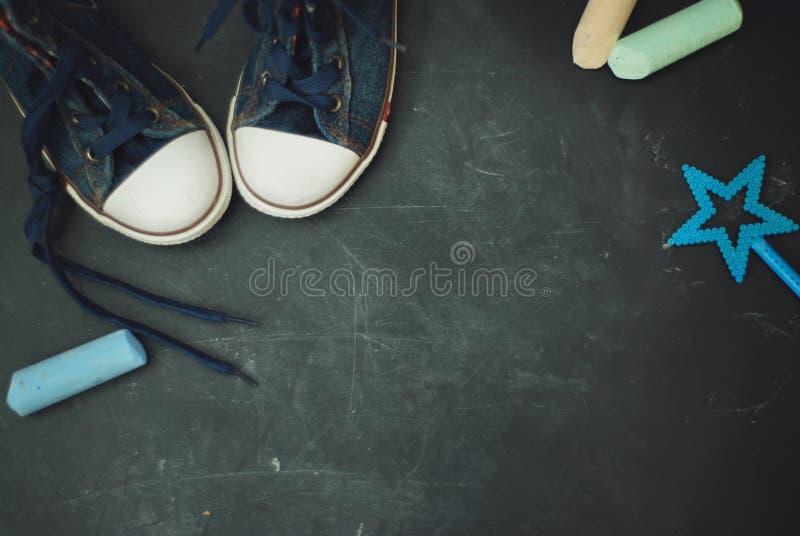 Diviértase la pizarra texturizada Grounge de la educación de los niños de las botas con el espacio de la copia de la tiza foto de archivo libre de regalías