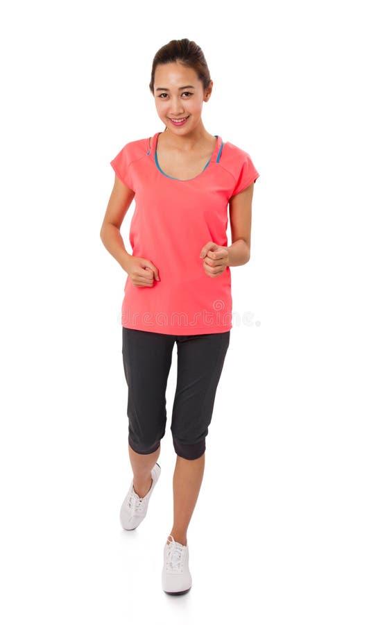 Diviértase la sonrisa que activa de la aptitud de la muchacha de la mujer corriente del deporte feliz imagenes de archivo