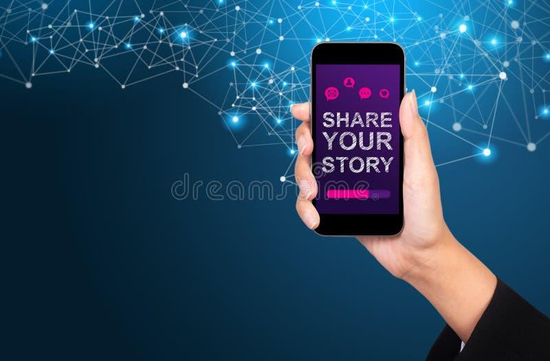 Divida il vostro concetto di storia Divida la vostra storia sullo schermo dello smartphone fotografia stock libera da diritti