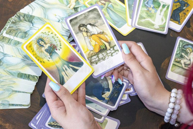 Divination από Tarot τις κάρτες Ο αφηγητής τύχης προβλέπει τη μοίρα των καρτών στοκ εικόνες με δικαίωμα ελεύθερης χρήσης