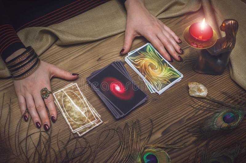 divination Tarjetas de Tarot Adivino foto de archivo