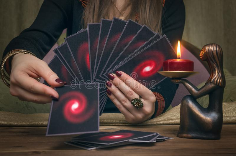 divination Tarjetas de Tarot Adivino fotos de archivo