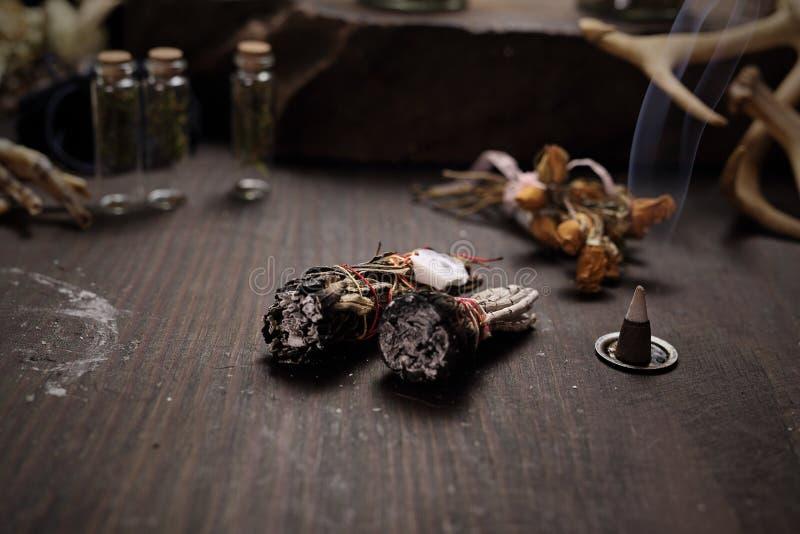 divination Versando con le erbe, potere magico di purificazione fotografia stock